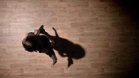 女孩剪影跳舞, spining在木地板,放松,芭蕾概念,运动概念,顶面射击上 股票视频
