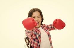 女孩力量和女权主义概念 在白色隔绝的手套的愉快的孩子拳击 有长发拳击的儿童拳击手乐趣的 免版税库存图片