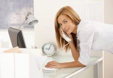 女孩办公室纵向工作 免版税库存图片