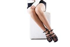 女孩匀称被停顿的高行程的凉鞋 库存照片