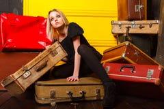 女孩包装假期旅行的手提箱 库存照片