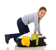 女孩包装手提箱 免版税库存图片