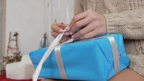 女孩包装有礼物的一个箱子 股票视频