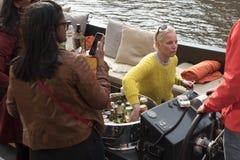 女孩卖在小船的酒精 库存照片