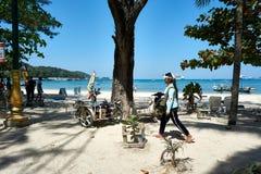 女孩卖在芭东区海滩的太阳镜 天空晴朗在夏天,著名吸引力在泰国的普吉岛海岛 免版税库存图片