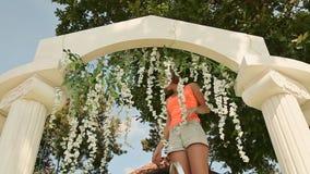 女孩卖花人装饰与花的婚礼曲拱 影视素材