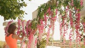 女孩卖花人装饰与花2的婚礼曲拱 影视素材