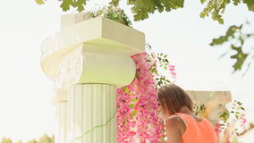 女孩卖花人装饰与花3的婚礼曲拱 影视素材