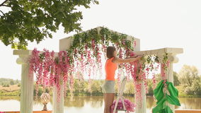女孩卖花人装饰与花4的婚礼曲拱 影视素材