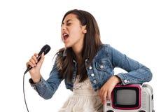 女孩卡拉OK演唱青春期前唱歌 库存照片