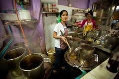 女孩厨房老挝人工作 免版税库存照片
