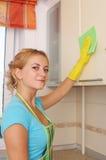 女孩厨房集洗涤 免版税图库摄影