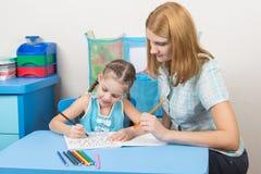 女孩参与五岁的女孩拼写 免版税库存图片