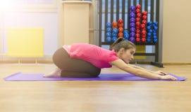 女孩参与在健身房的体操 免版税库存图片