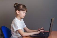 女孩参与膝上型计算机 免版税库存图片