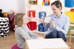 女孩参观的语言矫治者 免版税库存照片