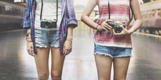 女孩友谊住处旅行的假日摄影概念 免版税库存照片