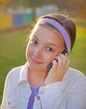 女孩发表演讲关于移动电话 免版税库存照片