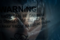 女孩受害者由包裹窒息了对死亡 免版税图库摄影