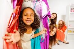 女孩变化在购物期间的选择衣裳 图库摄影