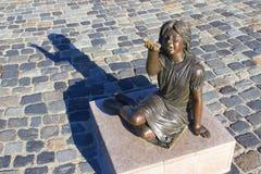 女孩古铜色雕象  免版税库存照片