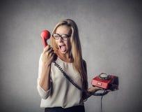 女孩叫喊对电话 免版税库存图片
