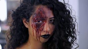 女孩可怕画象有万圣夜血液构成的 有调查照相机的卷发的美丽的拉丁妇女 股票视频