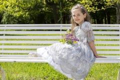 女孩可爱的休息在一个晴朗的公园 免版税库存图片