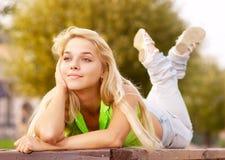 女孩可爱的放松的年轻人 免版税库存图片