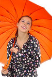 女孩可爱的橙色umbrel 免版税库存图片