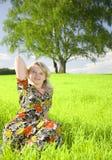 女孩可爱的草甸放松的年轻人 图库摄影