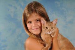 女孩可爱的画象有小猫的 免版税库存图片