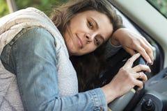 女孩司机疲倦于驾驶汽车 免版税库存图片