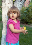 女孩吃一个梨 免版税库存照片
