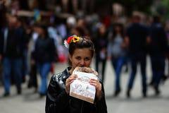 女孩吃一个百吉卷 免版税图库摄影