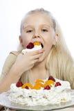 女孩吃一个蛋糕 图库摄影