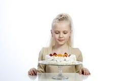 女孩吃一个蛋糕 免版税库存图片