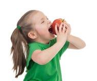 女孩吃在白色的苹果 免版税库存图片