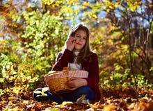 女孩吃在自然的果子 免版税库存照片