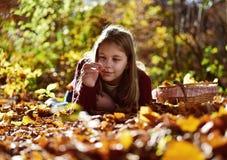 女孩吃在自然的果子 免版税库存图片