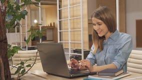 女孩合上书在运作的插孔 免版税库存照片