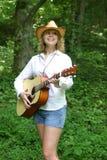 女孩吉他使用少年 免版税库存图片