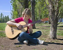 女孩吉他使用少年 图库摄影