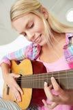 女孩吉他使用少年 库存图片