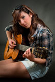 女孩吉他使用青少年 免版税库存照片