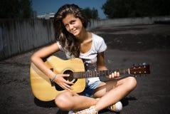 女孩吉他使用 库存图片