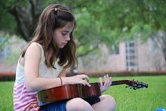 女孩吉他使用 库存照片