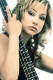 女孩吉他弹奏者拉提纳岩石 库存照片
