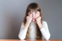 女孩向上滚动了她的眼睛 免版税库存图片