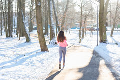 女孩向体育求助在冬天公园 库存照片